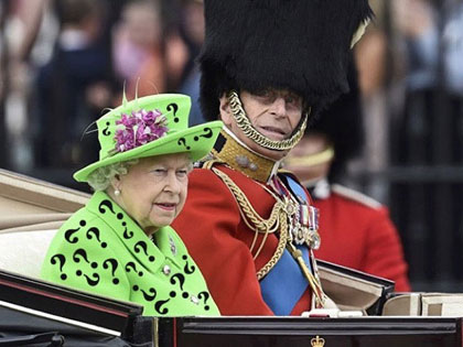 The 'Green Screen' Outfit Of The Queen Caused A Photoshop Storm On Internet