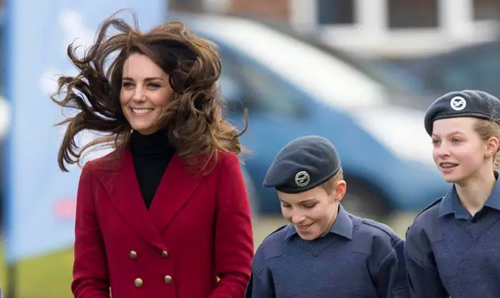 23 Hilarious Photos That Prove Kate Middleton Is Just Like Us_10