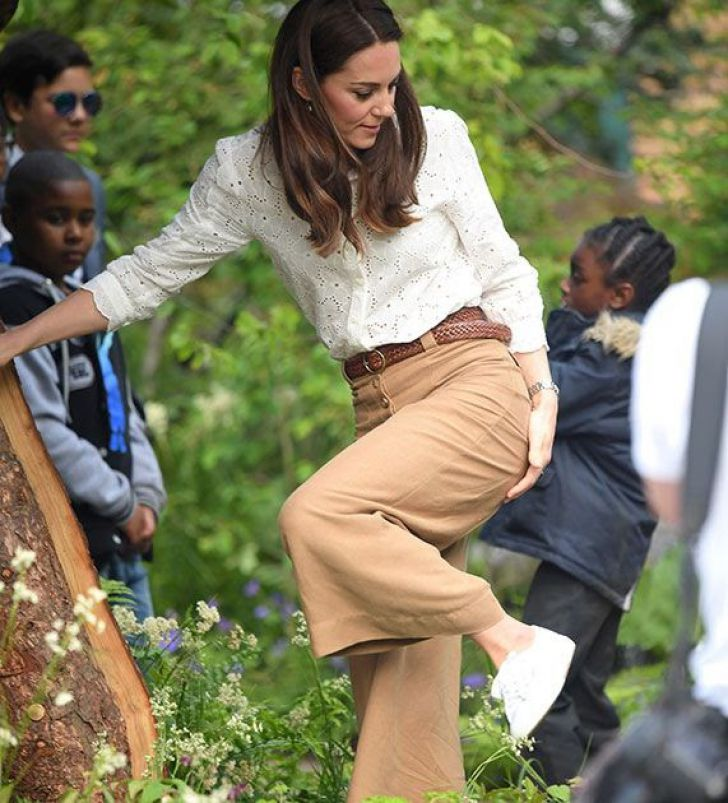 23 Hilarious Photos That Prove Kate Middleton Is Just Like Us_4