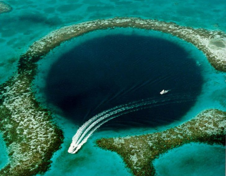 Men Dive Into The Blue Hole Of Belize, Uncovering A Dark Secret Hiding In The Murky Depths_1