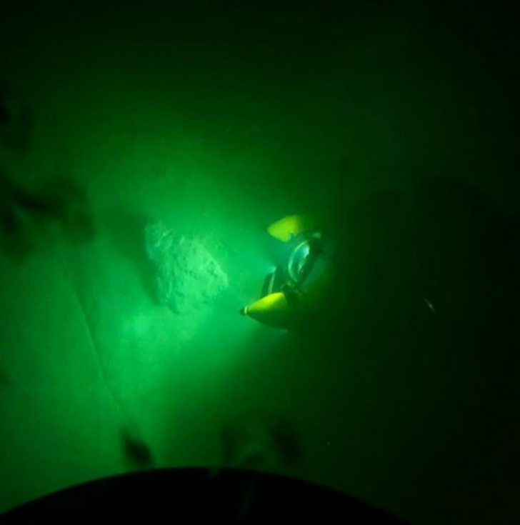 Men Dive Into The Blue Hole Of Belize, Uncovering A Dark Secret Hiding In The Murky Depths_11