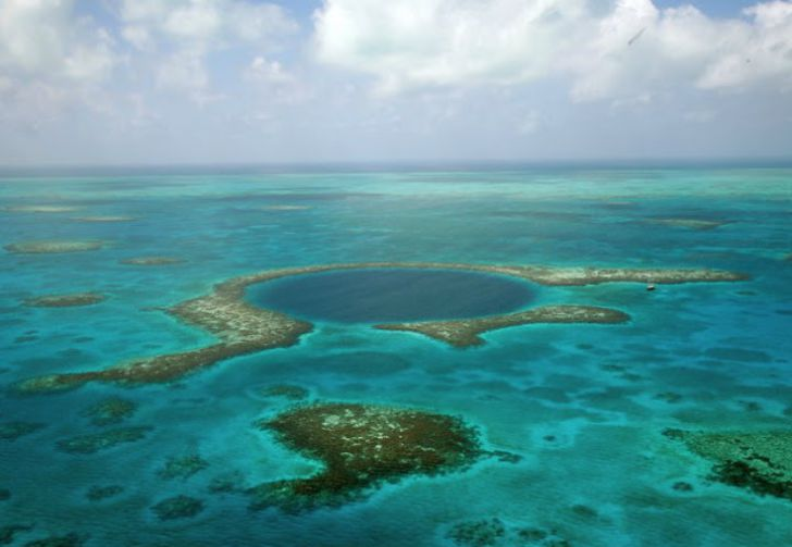 Men Dive Into The Blue Hole Of Belize, Uncovering A Dark Secret Hiding In The Murky Depths_3