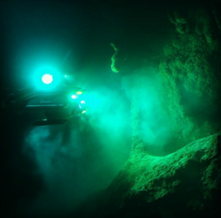 Men Dive Into The Blue Hole Of Belize, Uncovering A Dark Secret Hiding In The Murky Depths_6